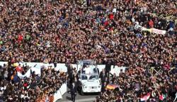 Una marea di folla accoglie Banedetto XVI in piazza San Pietro