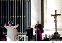 Il Papa saluta in piedi i fedeli