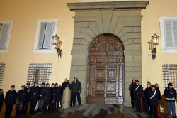 Il portone chiuso del palazzo apostolico di Castelgandolfo