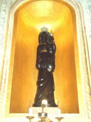 La statua realizzata da Manrico Marinozzi e donata dal vescovo Cento