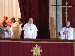 Francesco I si affaccia alla loggia centrale della basilica di San Pietro