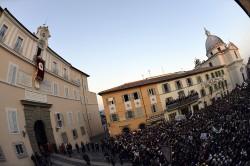 I fedeli riuniti nella piazza di Castelgandolfo per l'ultimo saluto di Benedetto XVI