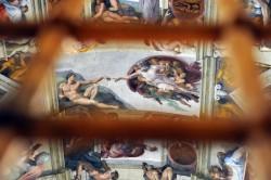I preparativi per il Conclave nella cappella Sistina