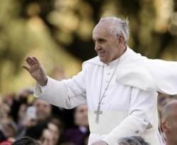 Papa Francesco in una versione insolita, senza lo zucchetto portatogli via dal vento