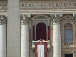 Papa Francesco pronuncia il suo messaggio pasquale dalla loggia centrale della basilica di San Pietro