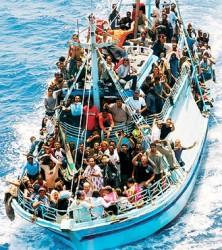 Un barcone di immigrati a Lampedusa