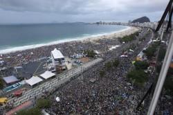 L'immensa folla che ha seguito la Messa sulla spiaggia di Copacabana