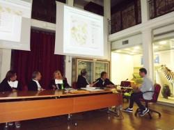 Dario Cifalinò mentre discute la tesi di laurea