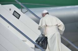 Papa Francesco sale sull'aereo per il Brasile portando con sé la sua borsa