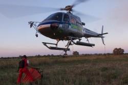Il pilota Milko Minuzzo ed il tecnico Gabriele Roncati in azione sul loro elicottero