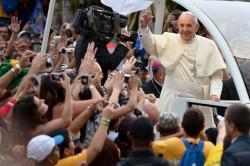Papa Francesco tra la folla festante di Rio de Janeiro