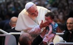 Papa Francesco accarezza un bimbo