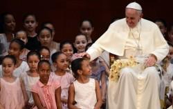 Papa Francesco a Rio de Janeiro con un gruppo di bambini