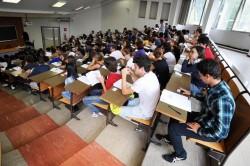 Studenti alle prese con i test d'accesso