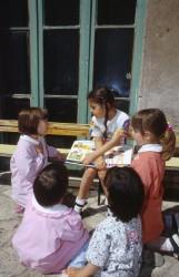 ROMA SCUOLA MATERNA . LA CONVERSAZIONE DI BAMBINE DURANTE LA RICREAZIONE