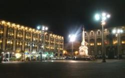 La piazza del Duomo di Catania di notte