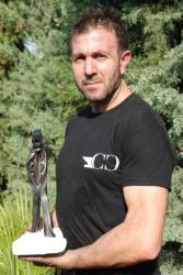 Carmelo Cameni con l'opera che lo ha laureato campione mondiale di forgiatura