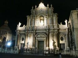 Immagine notturna del Duomo di Catania