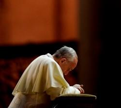 Papa Francesco raccolto in preghiera