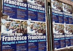 Manifesti della visita del Papa lungo le strade di Cagliari