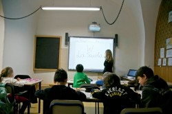 Un'aula scolastica fornita di lavagna interattiva multimediale (L.I.M.)