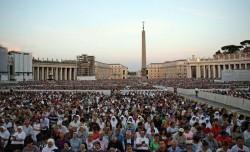 Piazza S. Pietro straboccante di folla