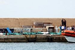 I cadaveri allineati sulla banchina del porto di Lampedusa