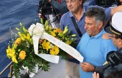 I pescatori di Lampedusa hanno lanciato un mazzo di fiori in mare in memoria dei migranti morti