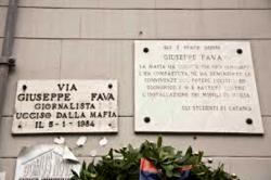 """La lapide che ricorda l'assassinio di Giuseppe Fava, di fronte al teatro """"Verga"""" di Catania"""