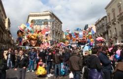 Carri e folla in piazza Duomo
