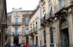 La via San Carlo con, sullo sfondo, il palazzo Fiorini