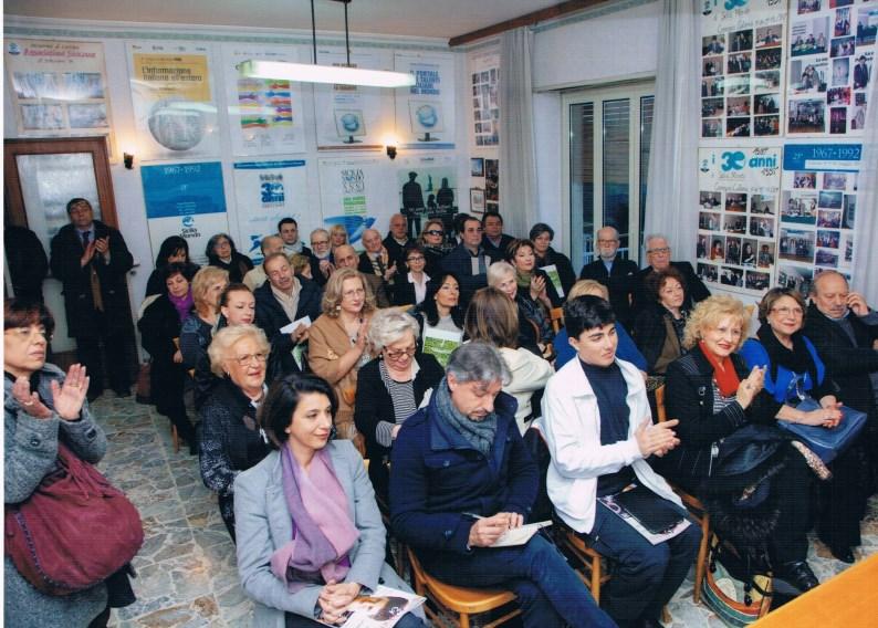 Catania sicilia mondo magnifica la donna con una tavola for Mondo catania