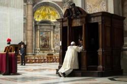 Papa Francesco si accosta in San Pietro al sacramento della penitenza