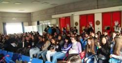 """L'aula magna del Liceo Scientifico """"Archimede"""" piena di giovani"""