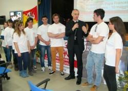 Mons. Antonino Raspanti si intrattiene con alcuni ragazzi