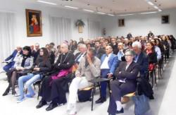 La sala conferenze della parrocchia S. Paolo gremita di gente (in prima fila il vescovo mons. Raspanti)