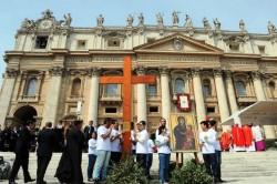 La croce della GMG e l'icona della Madonna di Czestochova in piazza San Pietro