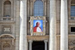 Lo stendardo di Giovanni Paolo II in piazza San Pietro