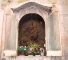 Uno dei tanti altarini che si possono ammirare per le vie del centro storico di Acireale