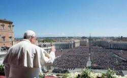 Papa Francesco affacciato dalla loggia centrale della basilica di San Pietro saluta la folla