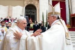 Il fraterno abbraccio tra Papa Francesco e Benedetto XVI, papa emerito