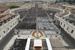 Piazza San Pietro e via della Conciliazione stracolmi di fedeli durante la cerimonia