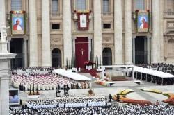 La facciata della basilica di San Pietro con gli arazzi dei due papi santi durante la cerimonia di canonizzazione