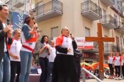 Mons. Francesco Montenegro, arcivescovo di Agrigento, insieme con un gruppo di giovani