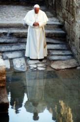 Papa Francesco visita il sito del battesimo di Cristo, sul fiume Giordano