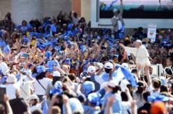 Papa Francesco in giro tra la folla
