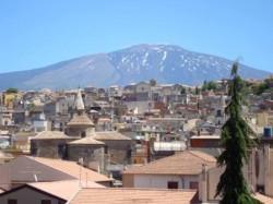 Una bella immagine panoramica di Bronte, con lo sfondo dell'Etna