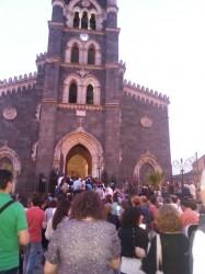 Fedeli radunati davanti alla basilica di Santa Maria