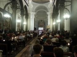 La basilica di Santa Maria gremitissima per sostenere padre Enzo