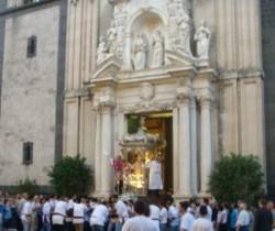 La trionfale uscita del simulacro di Santa Venera dalla cattedrale (foto d'archivio)
